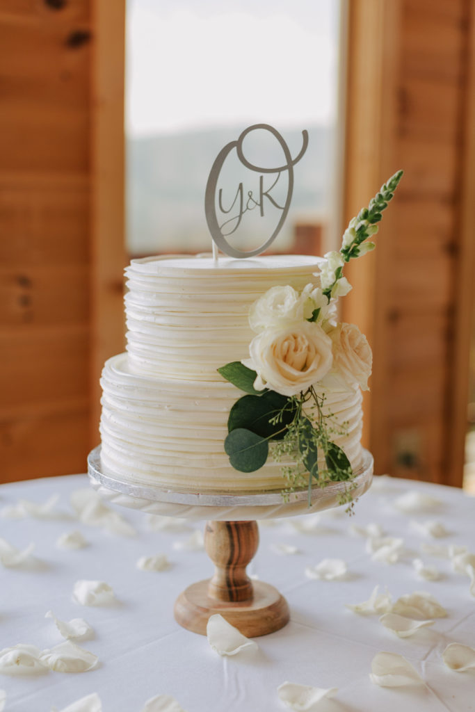 Sweet and simple cake by Catie Cakes | The Magnolia Venue | Gatlinburg, TN | Miss Riss Photography